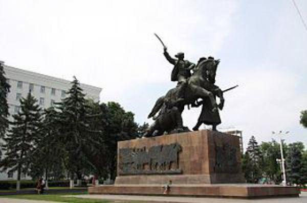 7. Монумент первоконникам на площади Советов