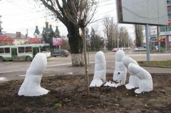 Ростов-на-Дону. Скульптура, символизирующая начало новой жизни. На ладони высажено дерево катальпа.