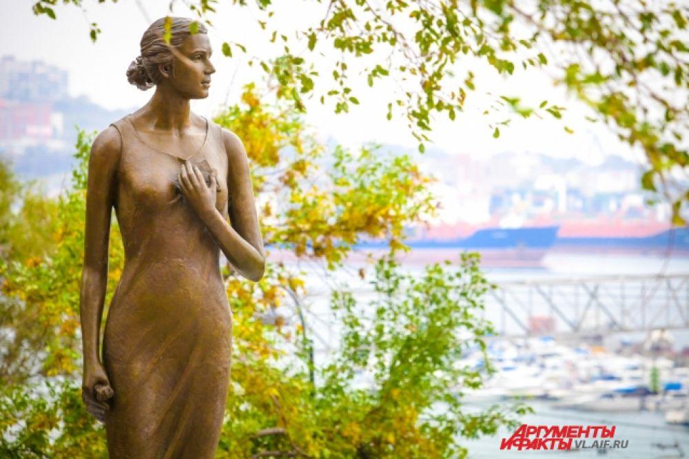Владивосток. Памятник Катюше из одноименной песни.