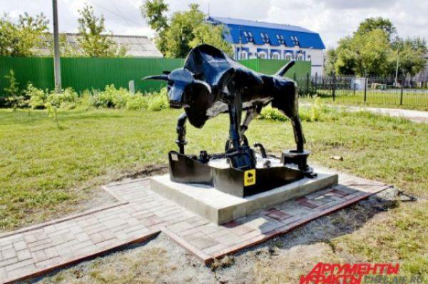 Челябинск. Скульптура быка. Композиция выполнена из листового железа, под ногами животного разбросаны элементы двигателя внутреннего сгорания.
