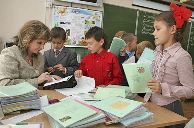 Учитель в школе.