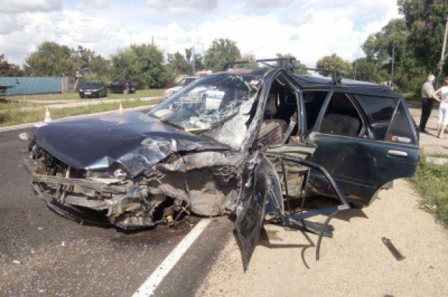 Toyota Carina пострадала очень сильно.