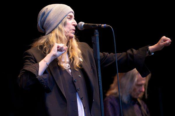 Замкнула десятку Патти Смит. Патти принято называть «крёстной мамой панк-рока», отчасти благодаря её дебютному альбому «Horses», который сыграл существенную роль в образовании этого жанра. Первые шаги в музыке Смит сделала в 70-х годах. Наиболее известная песня Патти Смит, «Because the Night», была написана совместно с Брюсом Спрингстином, и поднялась в двадцатку чарта Billboard Hot 100. В 2005 году Смит наградили французским орденом искусств и литературы, а в 2007 её имя было включено в Зал славы рок-н-ролла.