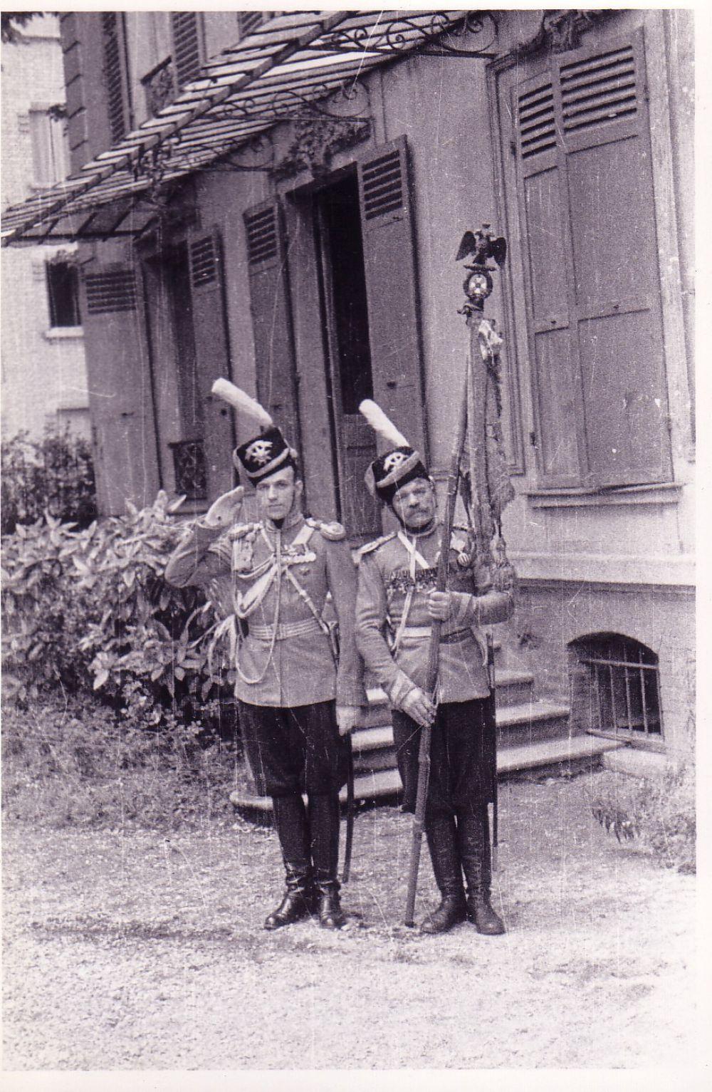 Подъесаул Кундрюков и вахмистр Бодрухин во дворе музея Лейб-казаков в Курбевуа (Франция), 1930-е годы.