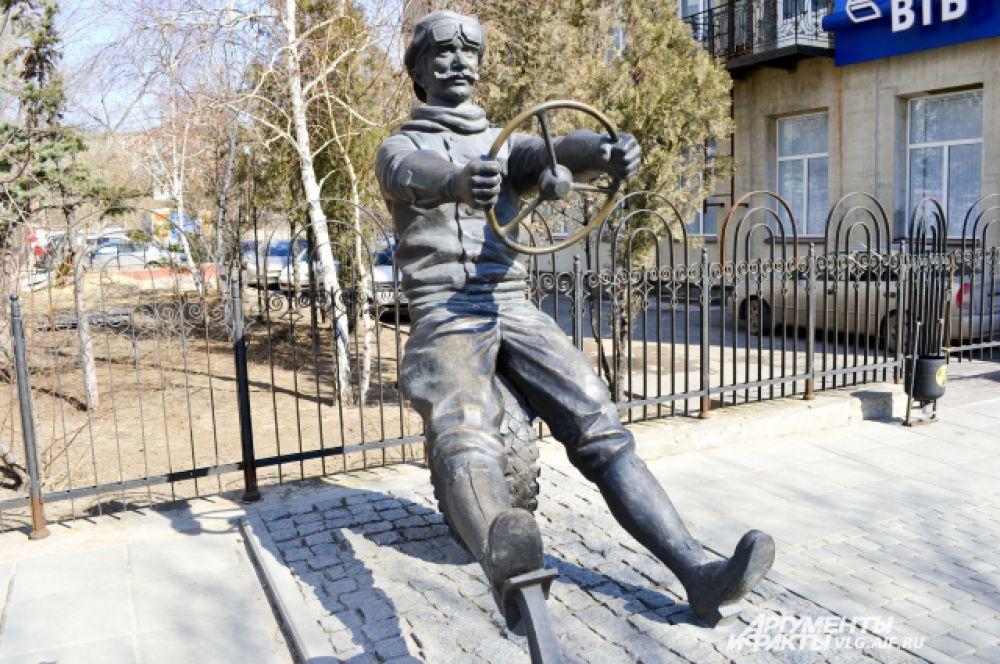 Волгоград. Памятник автомобилисту на улице Комсомольской.