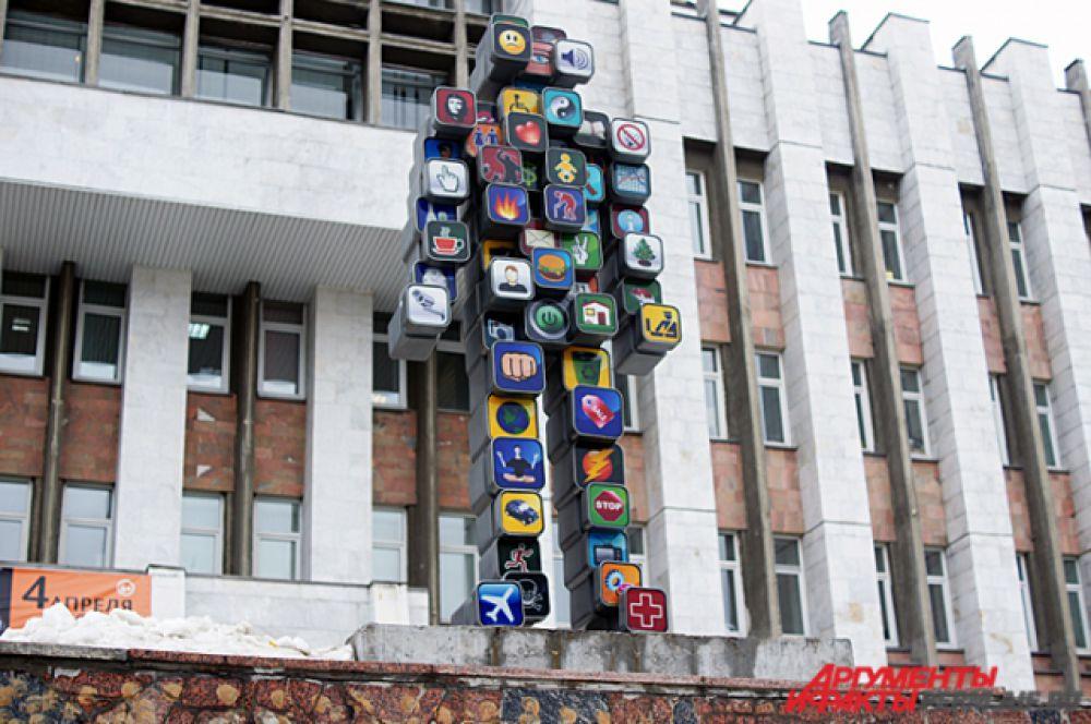 Пермь. Скульптура Icon Man. Стал первой светодиодной скульптурой в России. Состоит из иконок компьютеров и гаджетов.