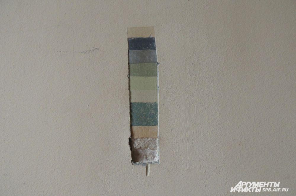 Мастера обнаружили на стенах несколько слоев краски.