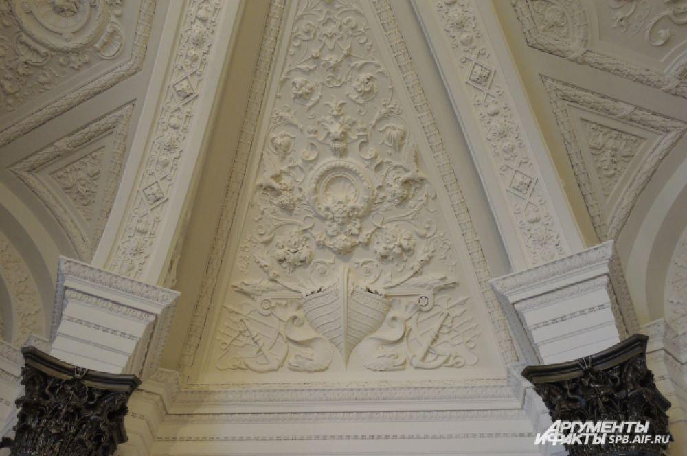 Реставраторы смогли воссоздать потолки по сохранившимся элементам лепнины.