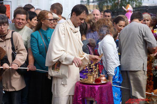 Центральным же событием дня стал карнавал в честь праздника.