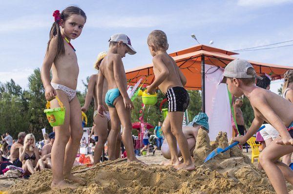 Пока взрослые наблюдали за показом «Бикини от кутюр», дети строили «замки» на большой площадке игр на песке.