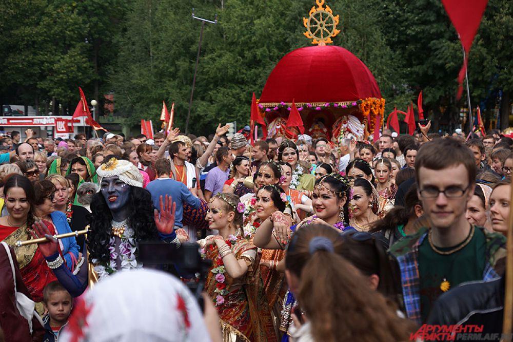 Главным элементом мероприятия стало появление на площади колесницы.