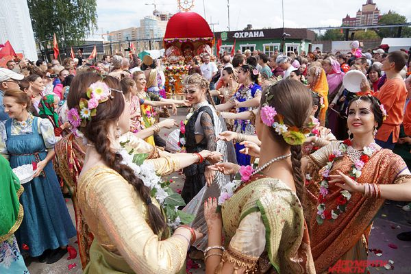 Торжественный карнавал начался с зажигательных танцев.