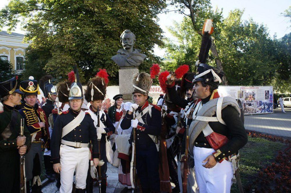 У памятника герою войны 1812 года Денису Давыдову