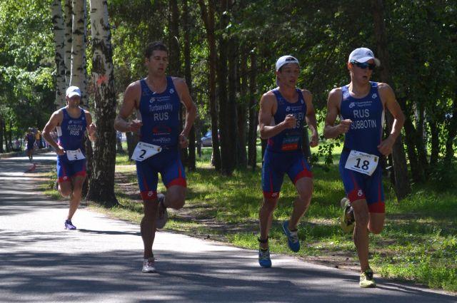 Триатлонисты.