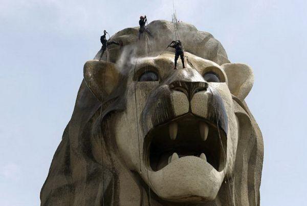 Мерлайон — символ Сингапура (на фото — 37-метровый монумент на острове Сентоса).