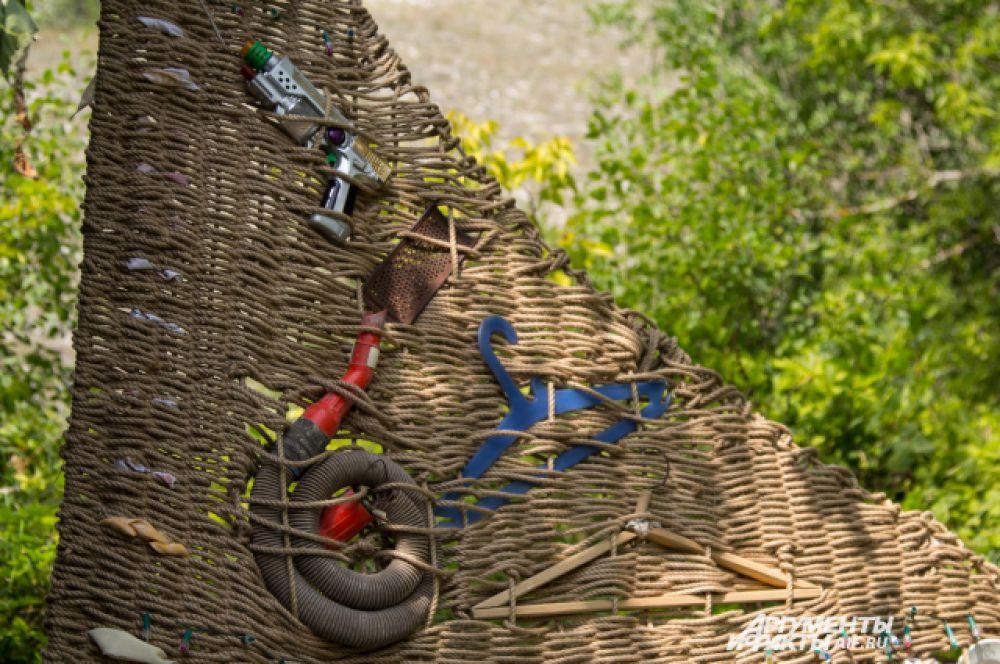 Чтобы сплести дивногорский ковер, художник пустил в ход все, что находил на горах и в домах местных жителей.