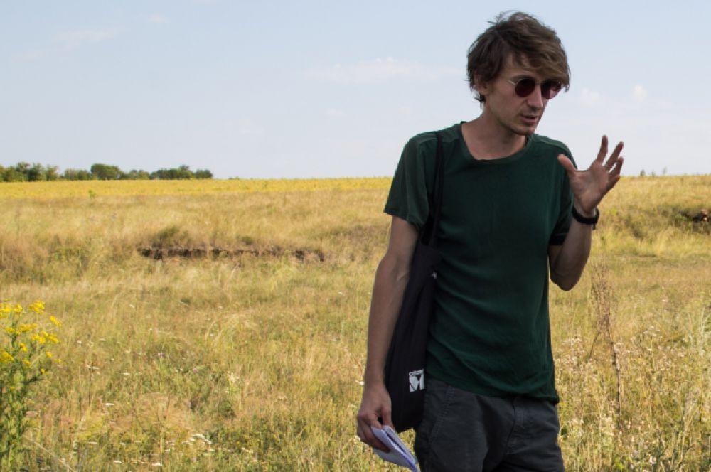 Куратор проекта Михаил Лылов пытается объяснить гостям всю суть современного искусства.