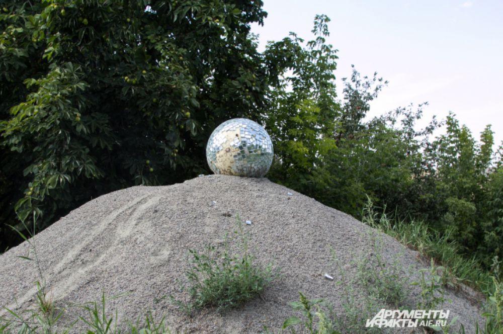 Автор таинственного диско-шара на горе песка неизвестен ни кураторам, ни художникам.