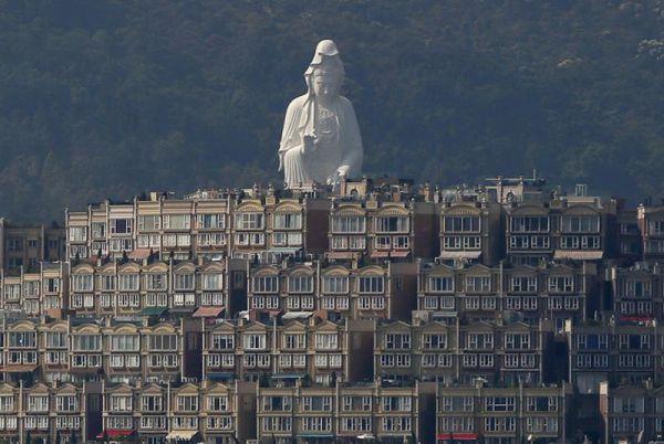 76-метровая бронзовая скульптура Авалокитешвара — часть архитектурного ансамбля буддистского монастыря, Гонконг.