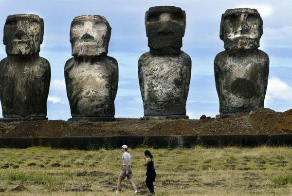 Каменные монолитные статуи Моаи на острове Пасхи.