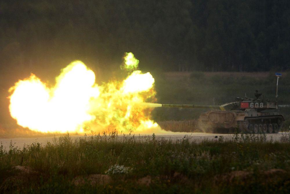 Экипажи машин должны проехать 3 круга по 4 километра и отстреляться на двух огневых рубежах — сначала из зенитного пулемета с места и затем из орудия на ходу.