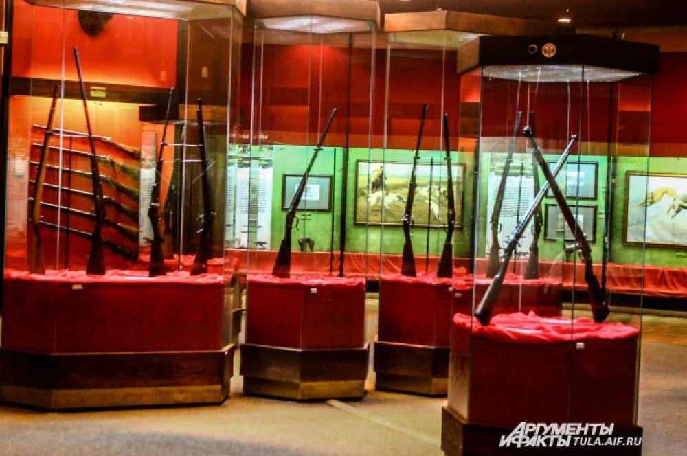 На выставке представлены охотничьи ружья и карабины.