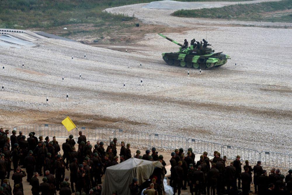 На втором оказались танкисты из Китая со временем 1 час 19 минут.