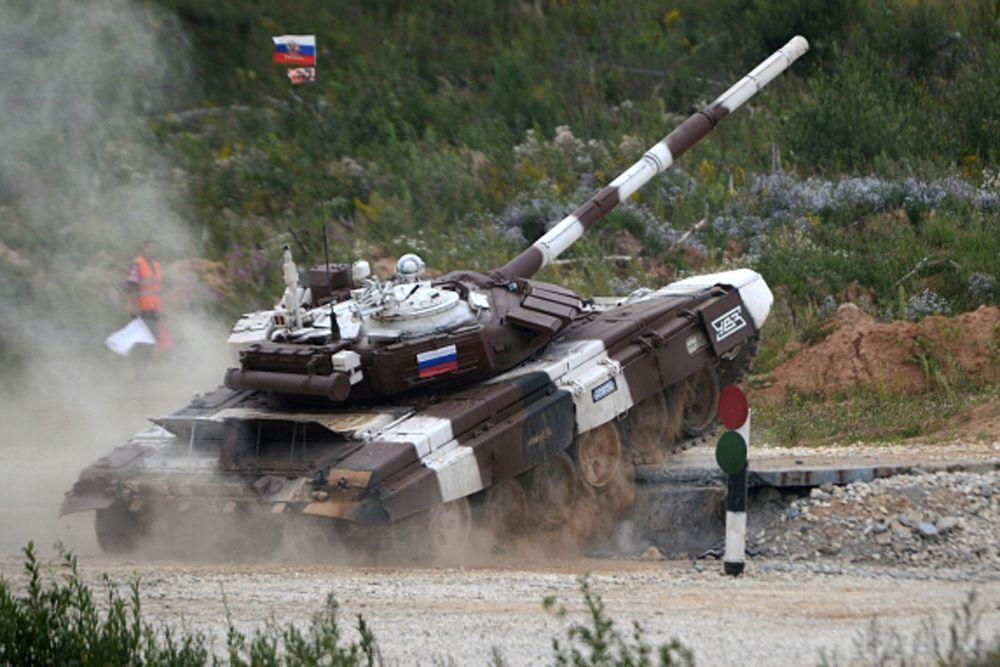 Россияне выступали на машине с красной камуфляжной раскраской, китайцы, основные наши соперники, выступали на своем танке Тип 98 в синем камуфляже.