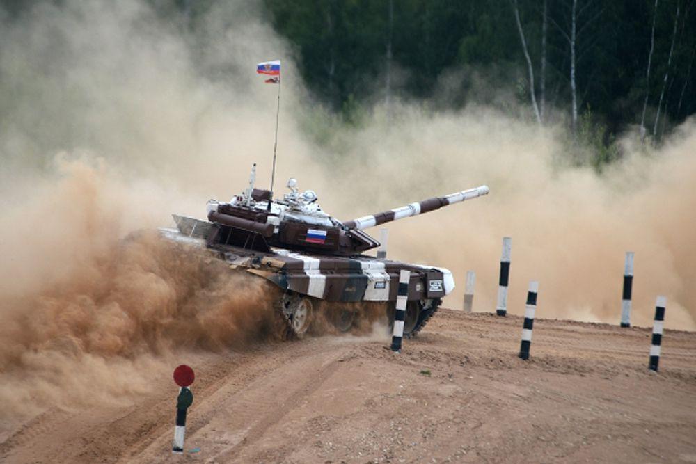 По сигналу ракеты начался решающий этап танкового биатлона — эстафета. Здесь каждая команда выставила по одному танку, на котором в ходе заездов должны были смениться три экипажа.