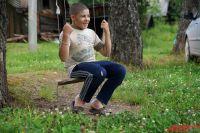 13-летний Валера Жуланов из глухого села Меркуши — из-за болезни самый маленький в классе местной школы.