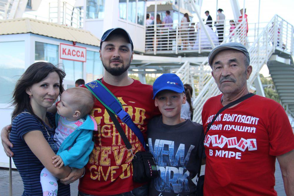 Юрий Фролов (крайний справа) наш читатель с первого дня, на фестиваль пришёл с детьми и внуками