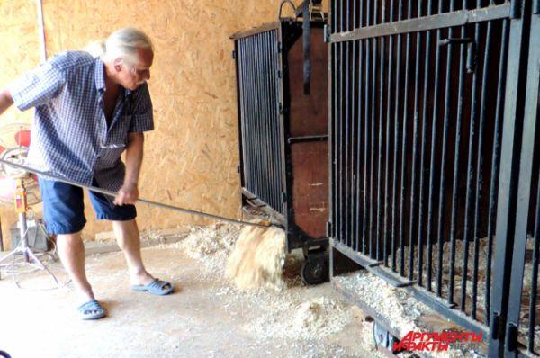 Павел Кудря чистит клетки медведей. Из помощников только супруга Татьяна.