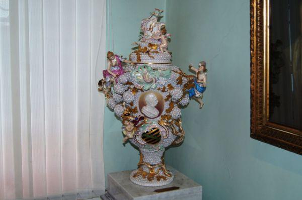 Фарфор из Эрмитажа имеет только хабаровский художественный музей.
