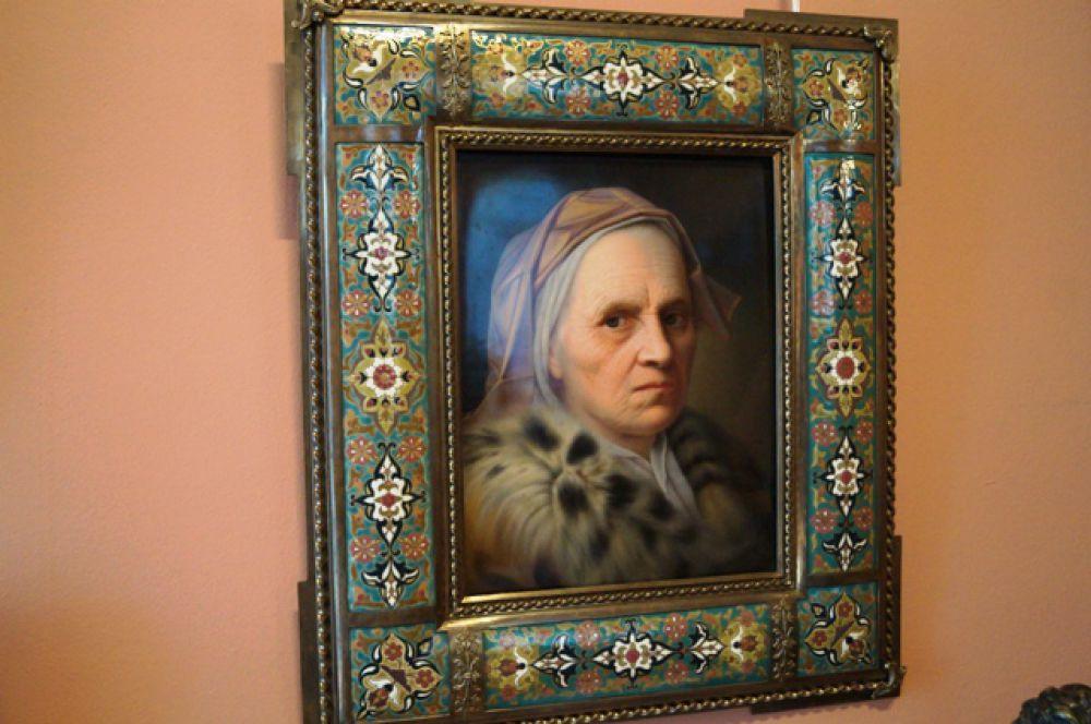 Портрет старухи неизвестного художника выполнен маслом на фарфоре и обрамлён в металлическую раму, поэтому весит около 30 кг.