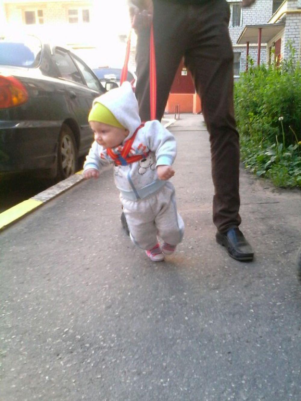Первые шаги дочки Ангелины, 9 месяцев, пишет Олеся Чепкина.