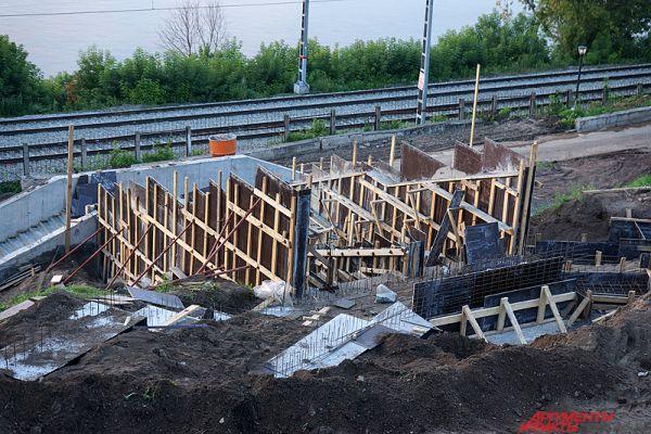 Также строители начали возводить здание для хранения инвентаря.