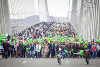 Желающих пройти по Золотому мосту - тысячи.