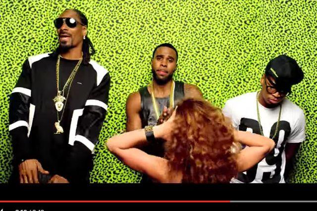 Кадр из клипа на песню «Wiggle»