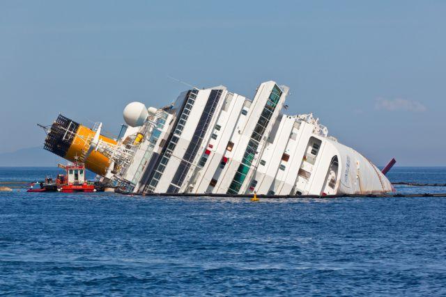 После катастрофы круизный лайнер отбуксировали и разобрали на части. Трагедия унесла жизни 32 пассажиров.
