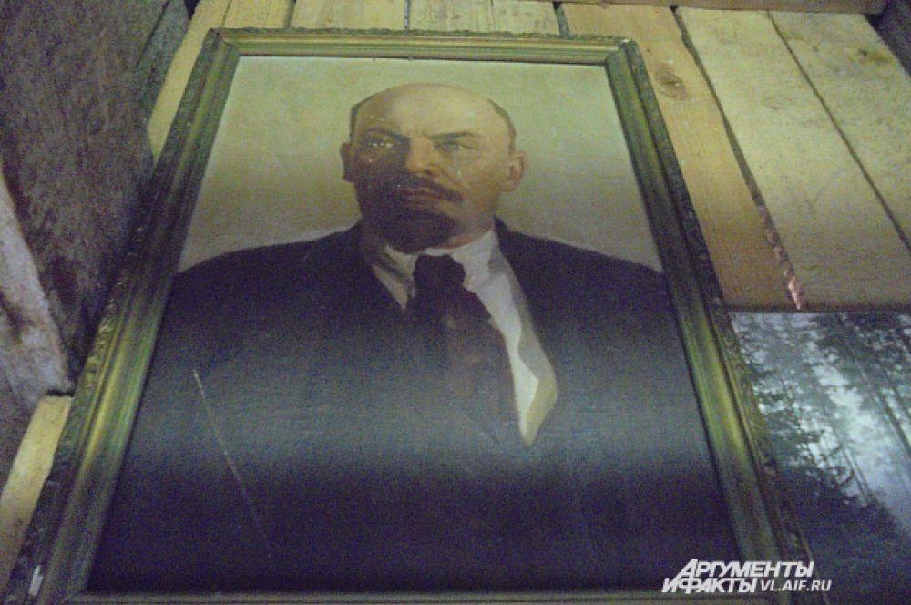 Портрет вождя украшал кабинеты и классы.