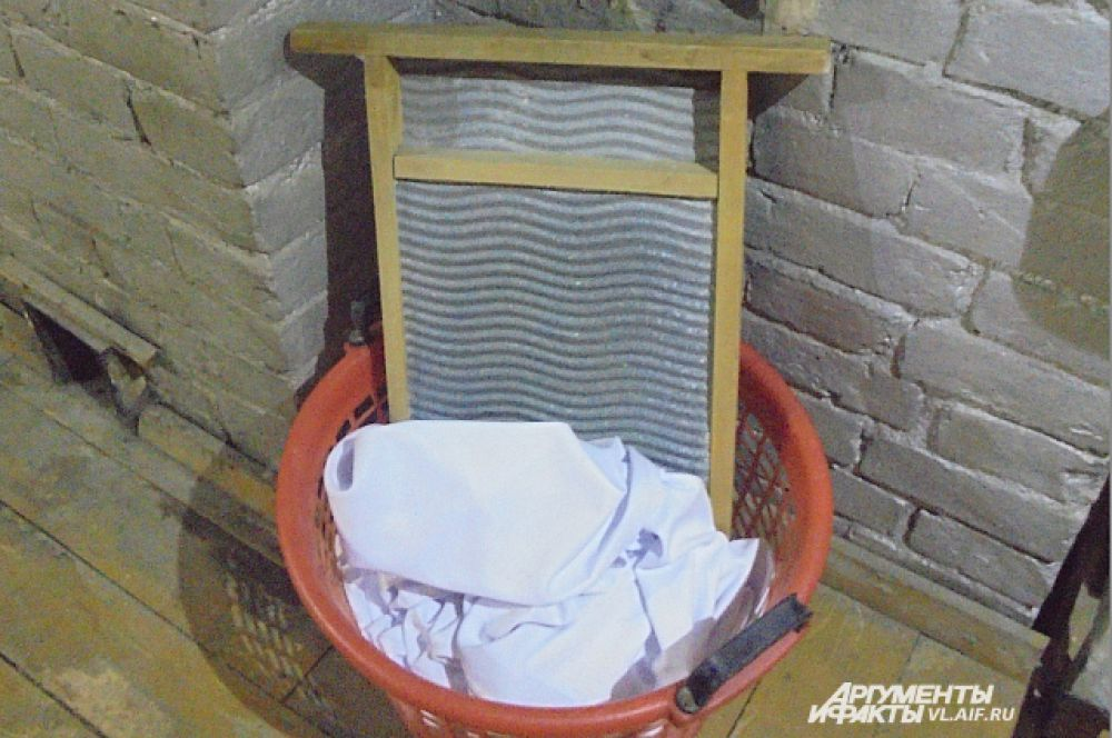 Бельё стирали вручную.