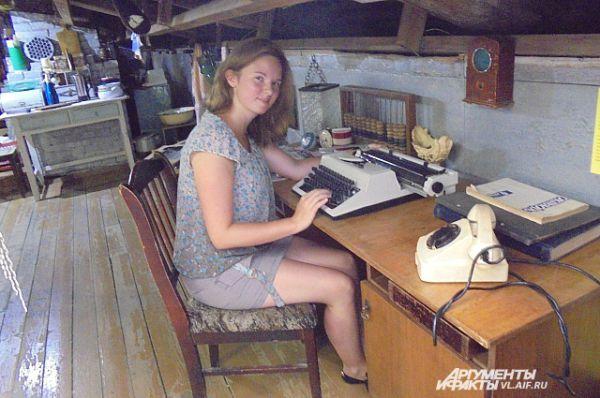 Рабочее место журналиста - телефон и печатная машинка.