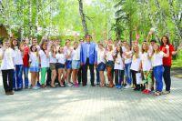 Школьники и Олег Белявский после встречи: фото на память.