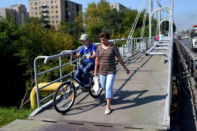 Сразу видно, что мост для велосипедистов опасен: труба на уровне живота - не убьёт, так изувечит.
