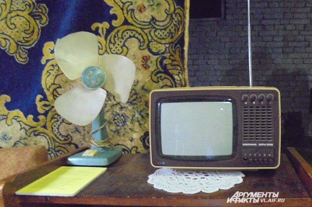 Телевизор, вентилятор и ковёр - предметы роскоши для советского человека.