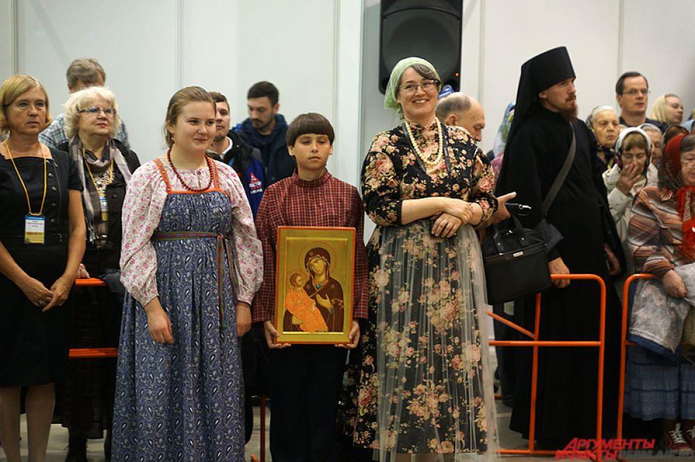 Организаторы экспозиции подарили губернатору края Виктору Басаргину и митрополиту Пермскому и Кунгурскому Мефодию по иконе.
