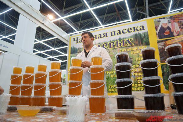 В соседнем павильоне проходит ярмарка «Медовый спас», где пермякам предлагают попробовать уникальные сорта меда и запастись полезными продуктами пчеловодства.