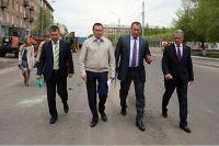 Эдхам Акбулатов (второй слева).