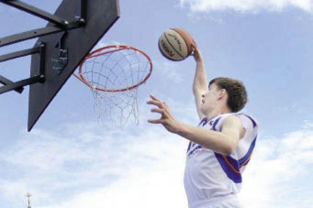 В турнире по уличному баскетболу участвовали сотни ребят.