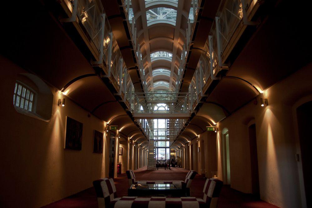 Malmaison Oxford Castle — Оксфорд, Великобритания. Этот британский бутик-отель (тип небольшой гостиницы, позиционируемый, как особенно роскошный) находится в переоборудованном здании тюрьмы, построенной в викторианскую эпоху. В бывших тюремных камерах, помимо комфортного спального места, есть душ, спутниковое телевидение, регулируемое освещение, DVD и CD-плееры, а в стенах самого отеля нашлось также место пивному ресторану и барам. Цены: от £115 за стандартный двухместный номер.
